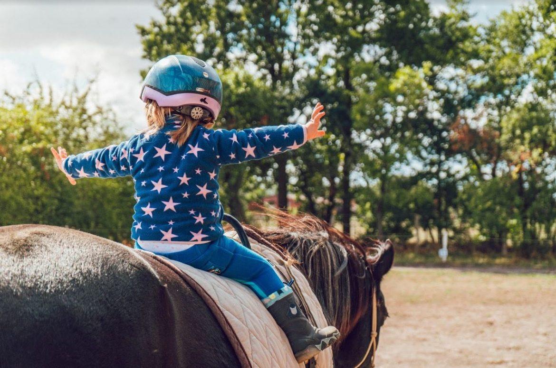 Sklep dla jeźdźców – Jak przygotować dziecko do jazdy?
