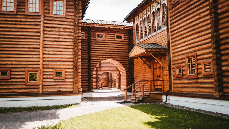 Czym cechują się drewniane domy jak z bajki?